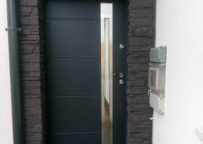 Hasított mintás kőburkolat bejárati ajtónál
